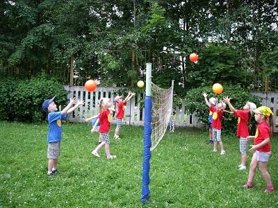 Подвижные игры класс < if > < endif > Каталог  В эту игру играют на волейбольной площадке командами Каждая команда состоит из 7 9 человек которые располагаются на своих сторонах площадки в три ряда